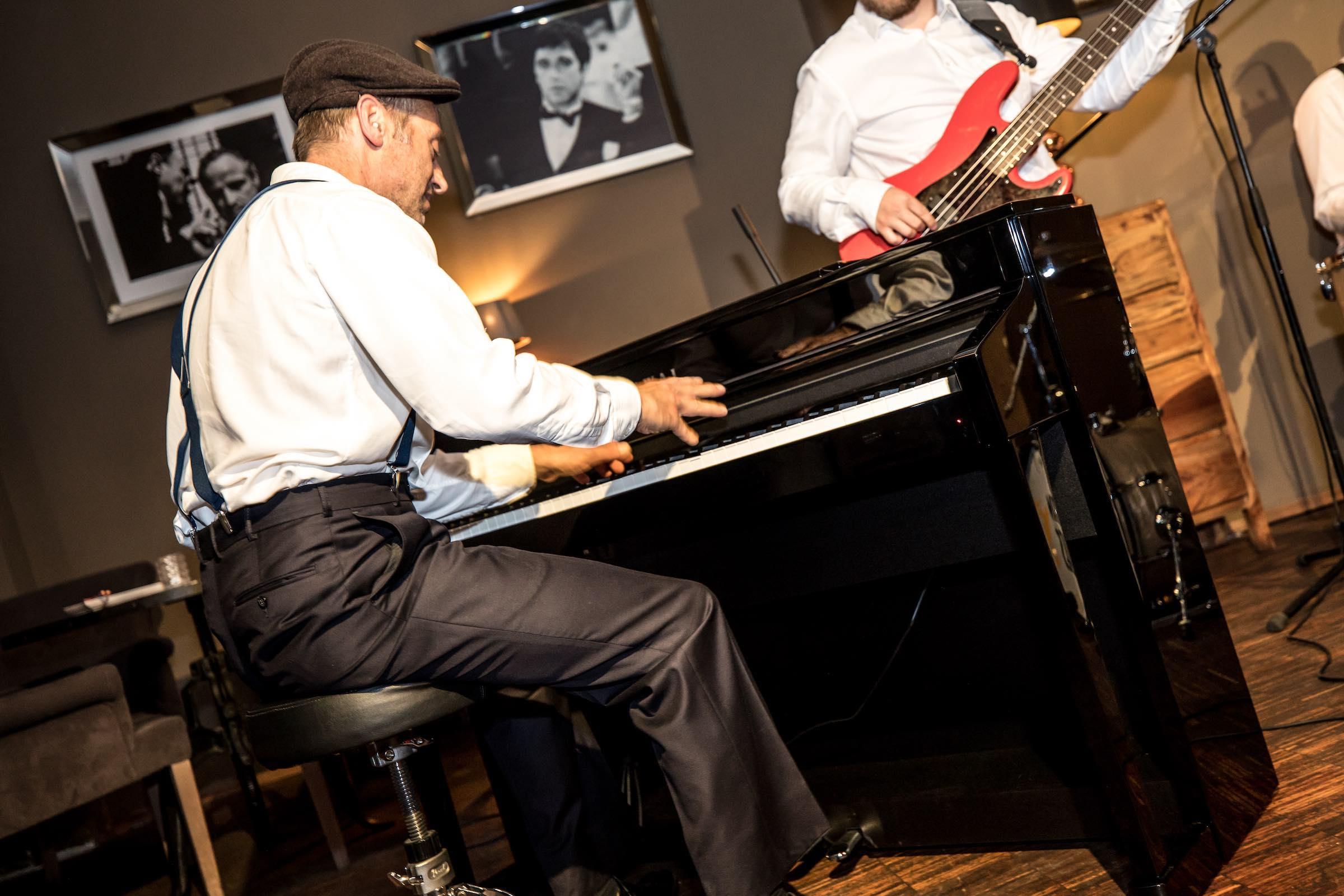 Klavierspieler   Pianist   Hannover   Flügel   Piano   Hochzeit   Buchen   Livemusik   Jazz   Swing   Pop   Motown   Soul   Klavier   Messe   Firmenfeier   Empfang   Buchen   Mieten   Anfragen   Lehmann   Eventservice