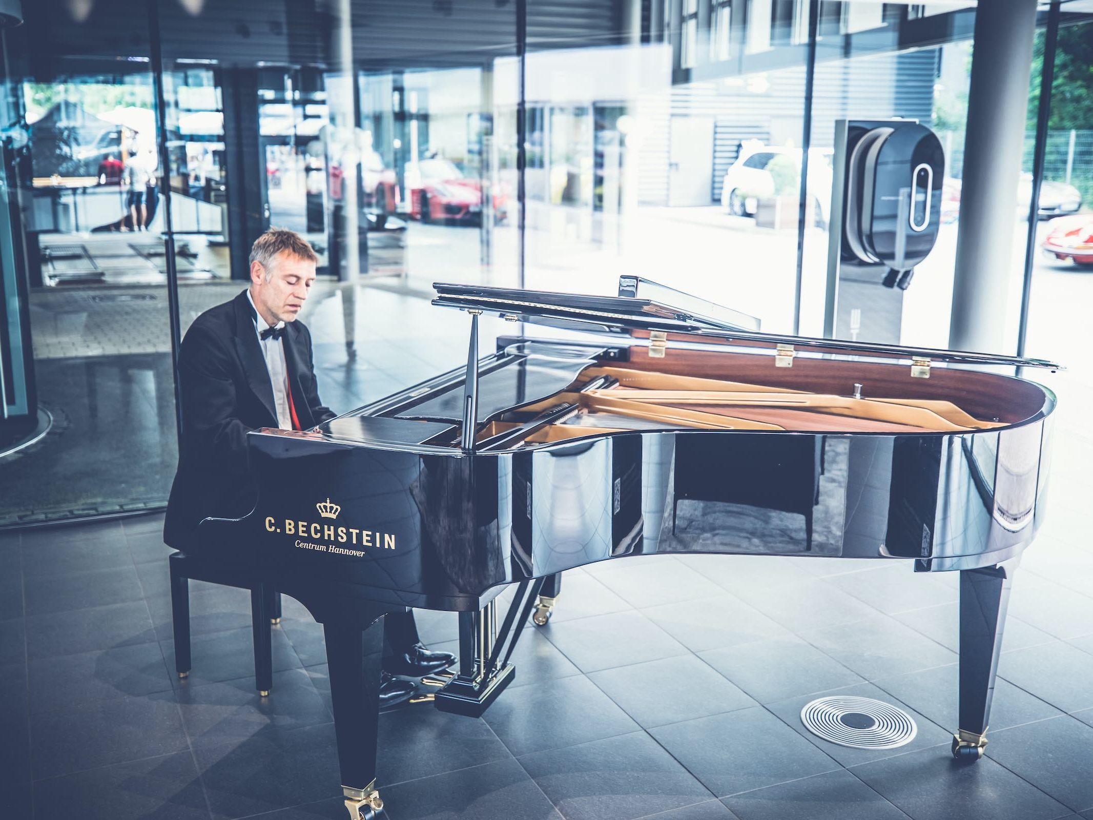 Pianist | Klavierspieler | Hannover | Flügel | Piano | Hochzeit | Buchen | Livemusik | Jazz | Swing | Pop | Motown | Soul | Klavier | Messe | Firmenfeier | Empfang | Buchen | Mieten | Anfragen | Lehmann | Eventservice
