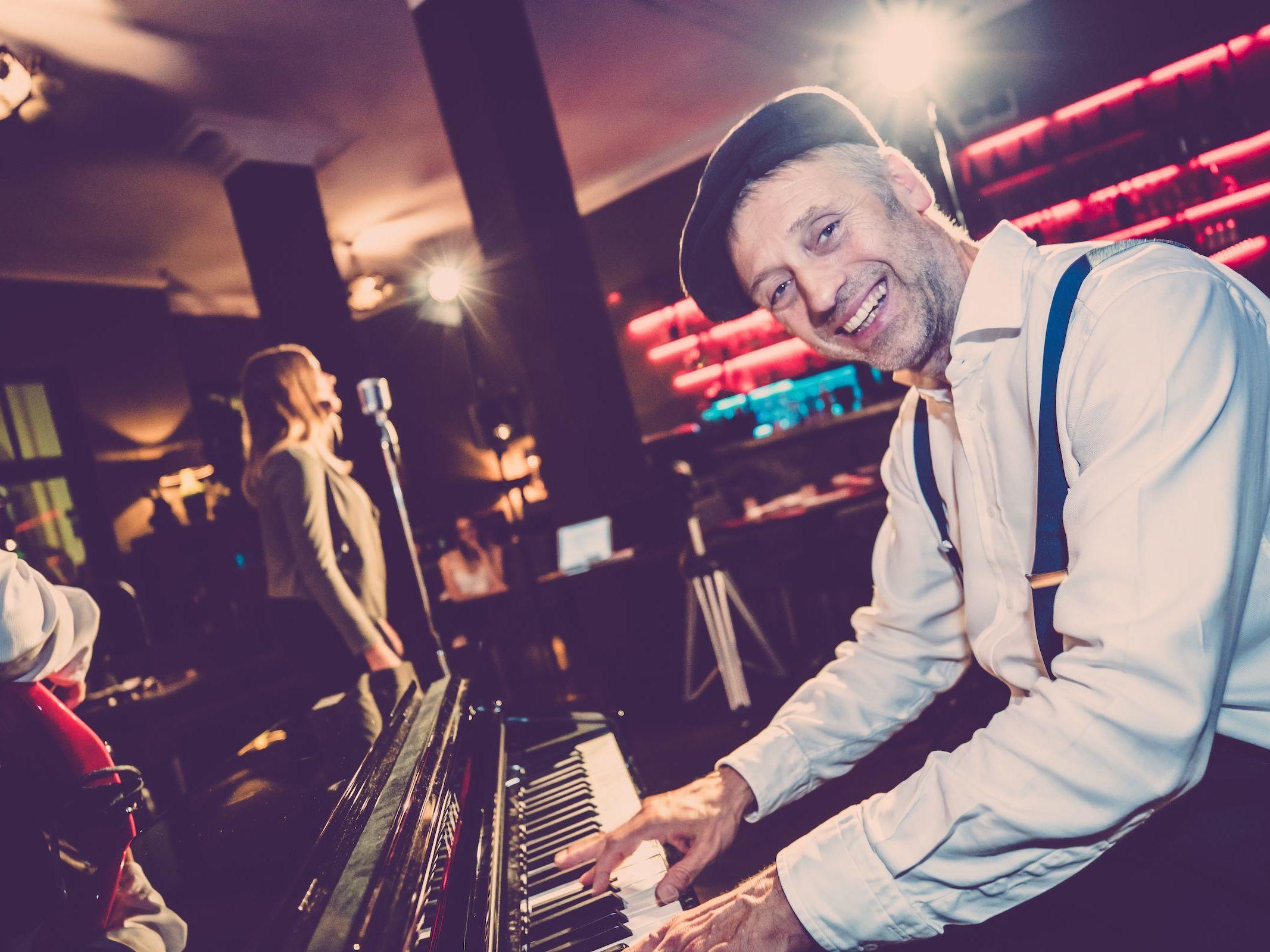 Pianist | Klavierspieler | Hannover | Flügel | Piano | Hochzeit | Buchen | Livemusik | Jazz | Swing | Pop | Party | Motown | Soul | Klavier | Messe | Firmenfeier | Empfang | Buchen | Mieten | Anfragen | Lehmann | Eventservice