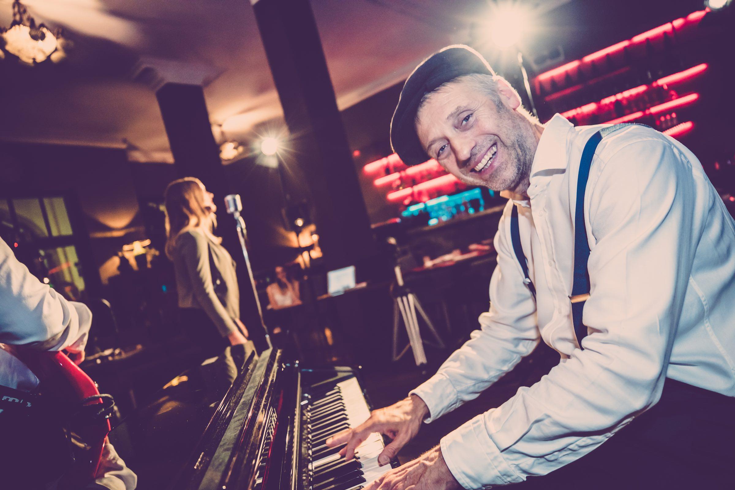 Pianist   Klavierspieler   Hannover   Flügel   Piano   Hochzeit   Buchen   Livemusik   Jazz   Swing   Pop   Party   Motown   Soul   Klavier   Messe   Firmenfeier   Empfang   Buchen   Mieten   Anfragen   Lehmann   Eventservice