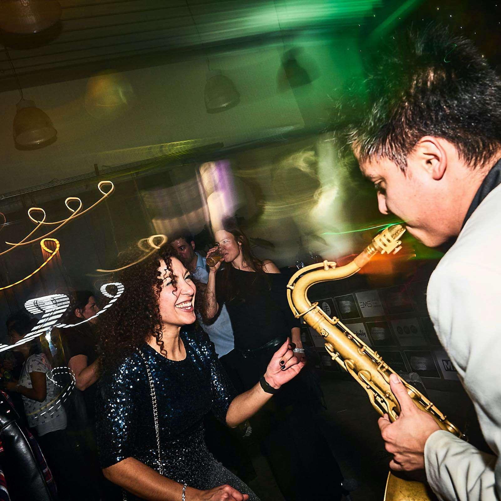 Saxophonist |Hannover |Hochzeit |Liveband |Livemusik |Partyband |Schlagzeug |Saxophone |Jazzband |Swingband |Party |DJ |Pop |Jazz |Hochzeit |Sektempfang |Messe |Firmenfeier |Gala |Buchen |Mieten |Anfragen
