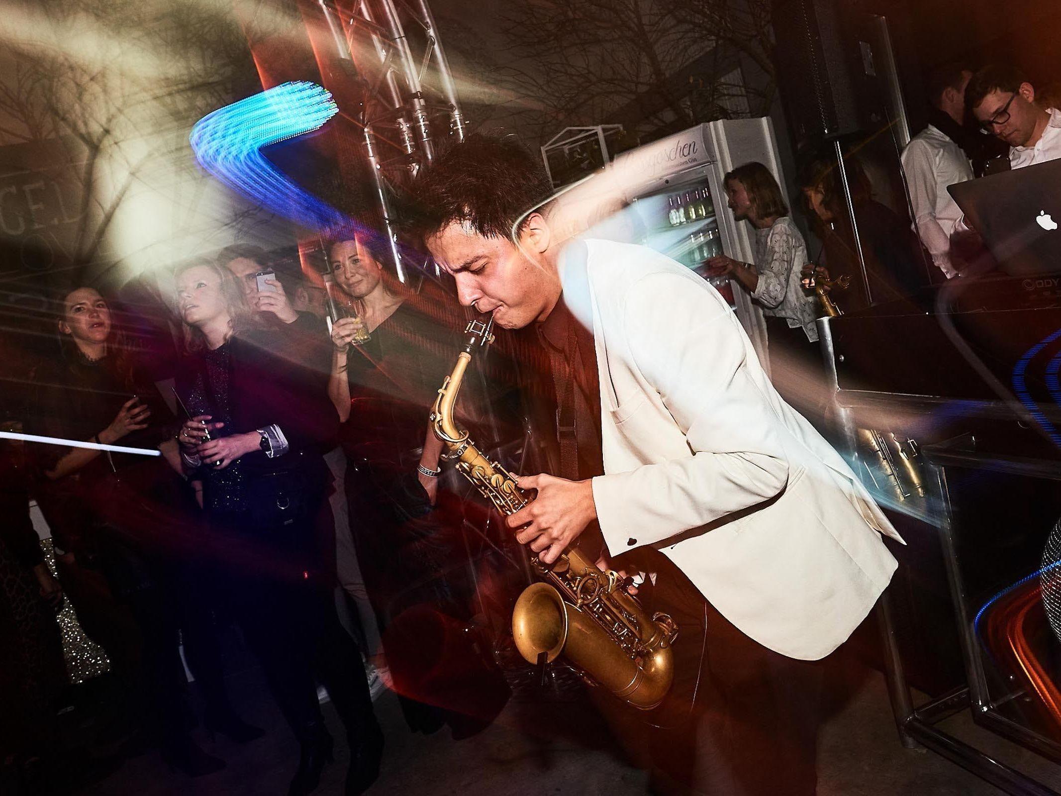 Saxophonist | Saxophon | Hochzeit | Hannover | Sektempfang | Trauung | Party | Buchen | Livemusik | Jazz | House | Swing | Pop | Hochzeit | Empfang | Messe | Firmenfeier | Mieten | Anfragen | Lehmann | Eventservice