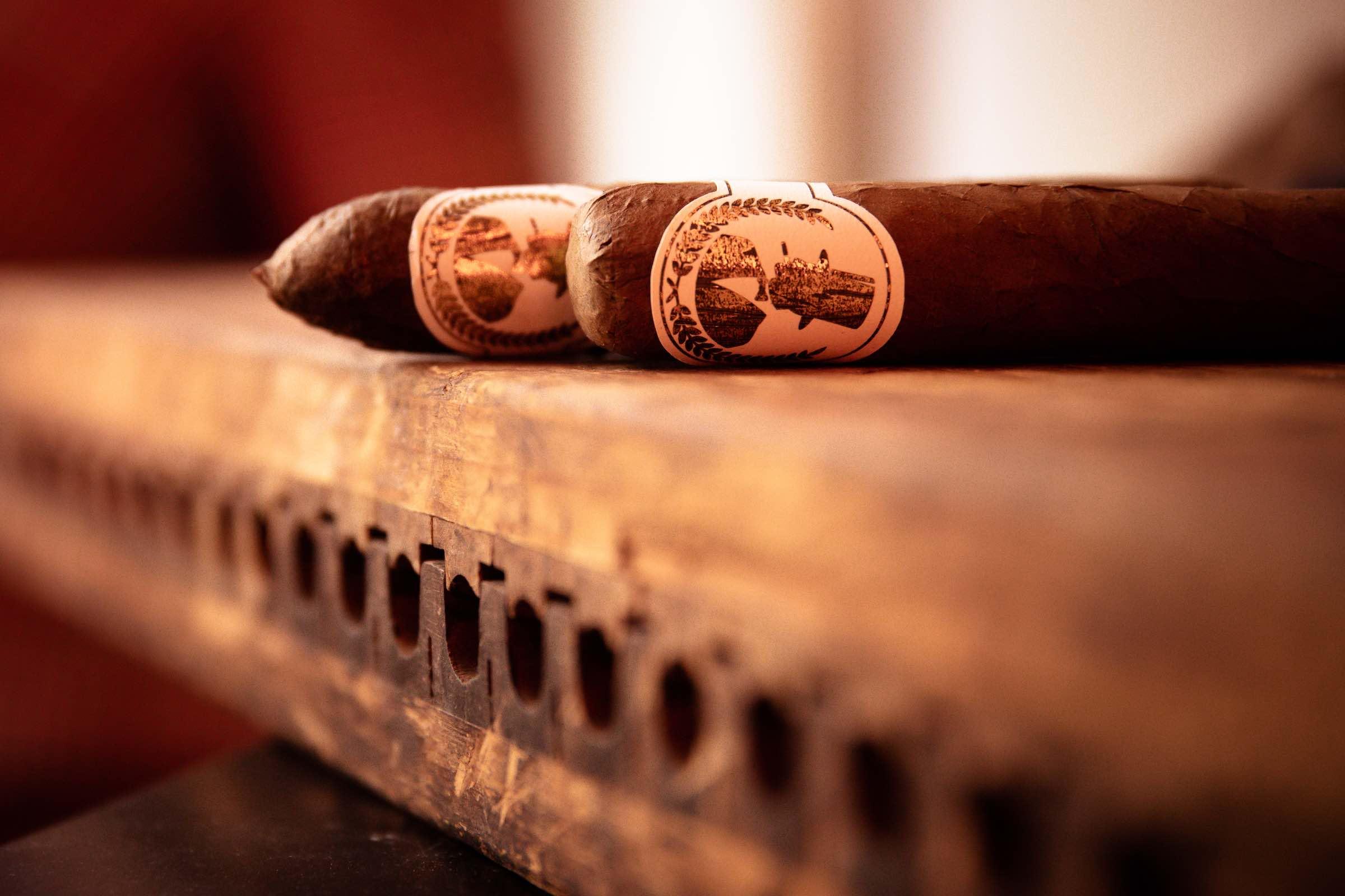 Zigarrendreher | Zigarrenroller | Zigarrenrollerin | Trocadero | Kaufen | Buchen | Mieten | Handgemacht | Zigarren | Zigarrenkleber | Churchill | Robusto | Corona | Robusto | Banderole | Bauchbinde | Tabak | Cuba