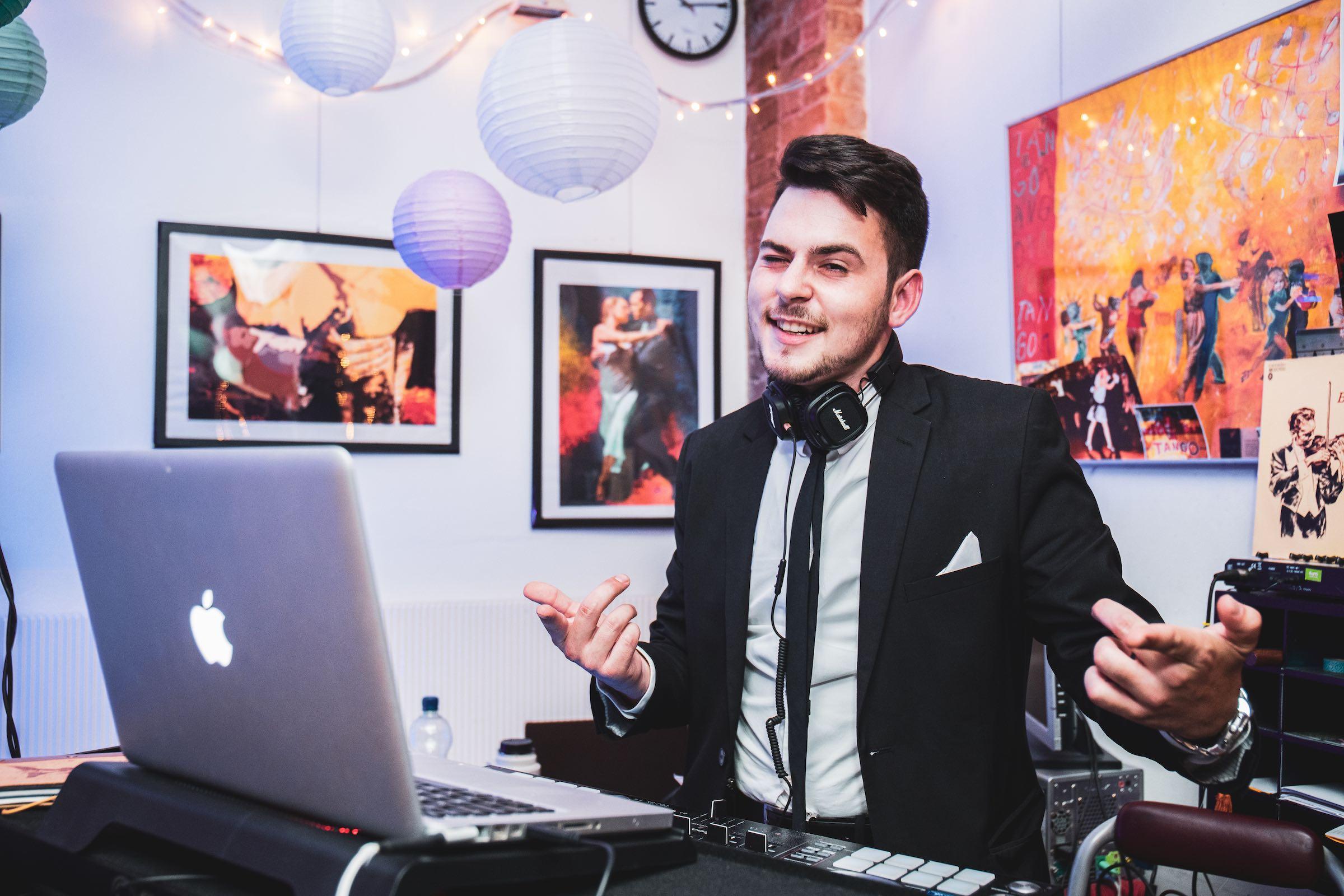 DJ   Hannover   Buchen   Discjockey   Marvin   Feike   DJ   Firmenfeier   DJ   Messe   Event   DJ   Geburtstag   DJ   Service   DJ   Kosten   DJ   Mieten   DJ   Anfragen   DJ   Agentur   Lehmann   Eventservice