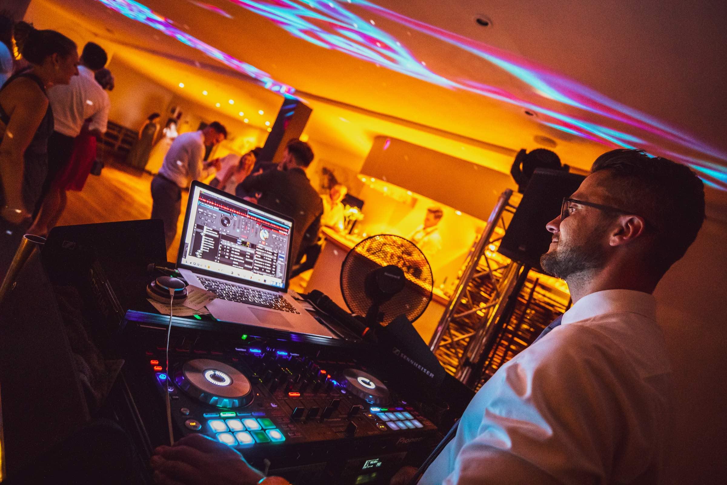 DJ | Hochzeit | Hannover | Daniel | Paar | Discjockey Messe | Event | DJ | Geburtstag | Betriebsfeier | Buchen | Discjockey | Mieten | Anfragen | Lehmann | Eventservice