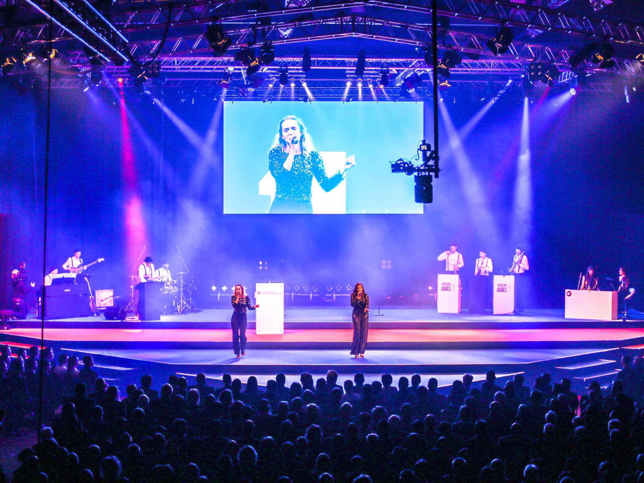 Eventplanung   Hannover   Eventdesign   Eventausstatung   Kongresse   Shows   Galas   Modenschauen   Produktpräsentationen   Bühnenbau   Lichttechnik   LCD   Leinwand   Tontechnik   Logistik   Künstler