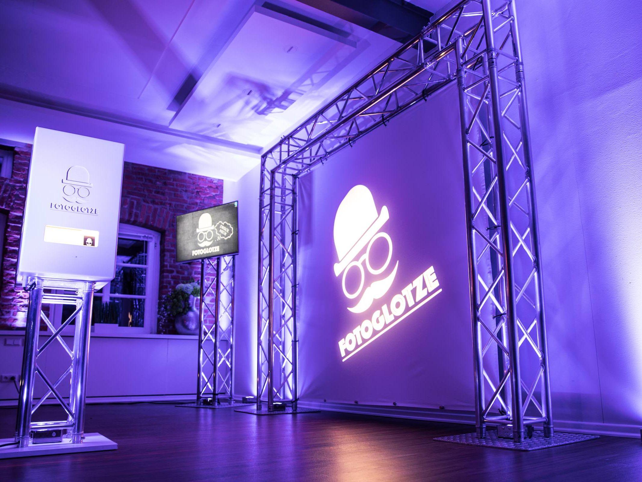 Fotobox | Hannover | Druck | Ausdruck | Sofortdruck | Fotokiste | Photobooth | Hochzeit | Messe | Event | Firmenfeier | Abiball | Verkleidung | Requisiten | Hannover | Buchen | Anfragen | Mieten | Fotoglotze