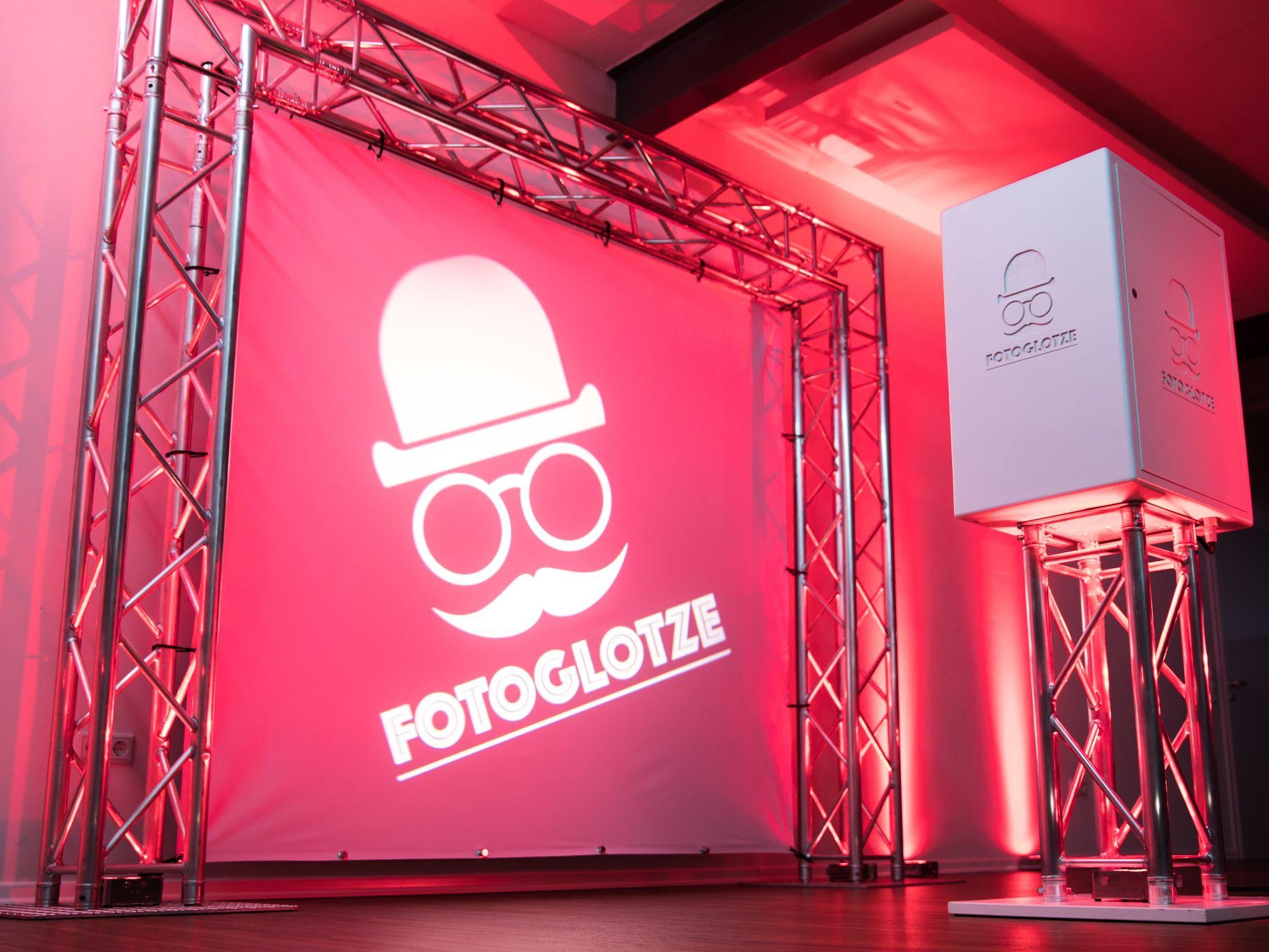 Fotobox | Hannover | Fotokoste | Photobooth | Druck | Hintergrund | Photobooth | Hochzeit | Messe | Event | Verkleidung | Requisiten | Hannover | Buchen | Anfragen | Mieten | Fotoglotze