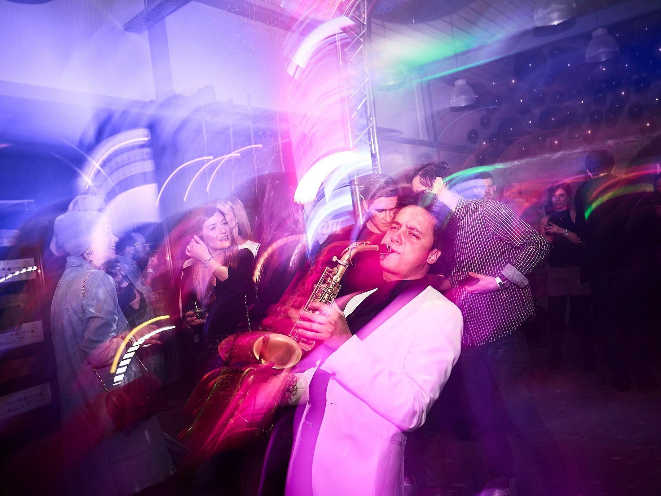 Saxophonist | Hochzeit | Saxophon | Hannover | Hochzeit | Buchen | Empfang | Trauung | Party | Buchen | Livemusik | House | Electro | Pop | Party | Event | Empfang | Messe | Firmenfeier | Mieten | Anfragen | Lehmann | Eventservice
