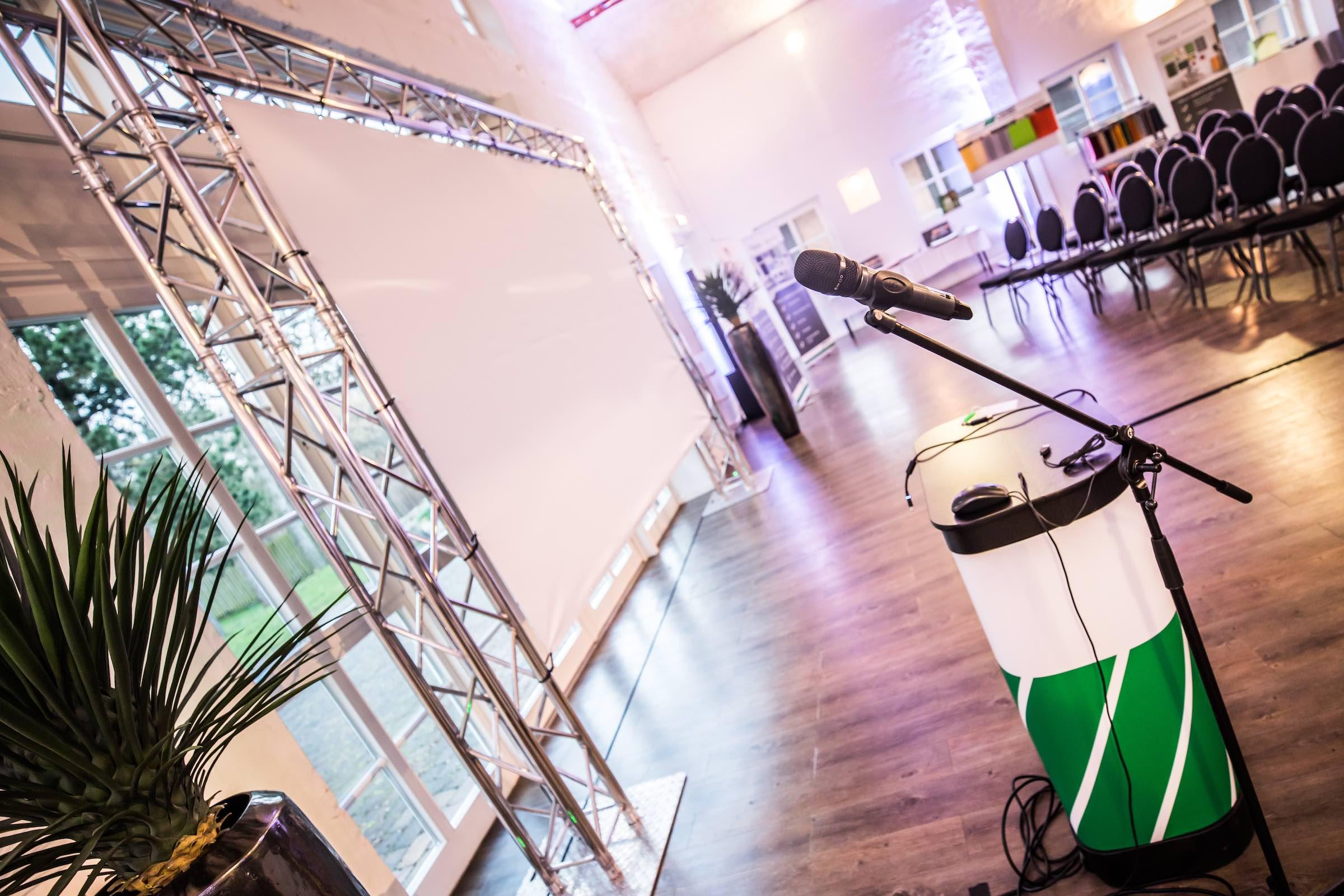 Tagungstechnik | Hannover | Mikrofone | Beamer | LCD | Leinwände | Rednerpult | Bühne | Lichttechnik | Tontechnik | Beschallung | Buchen | Mieten | Lehmann | Eventservice