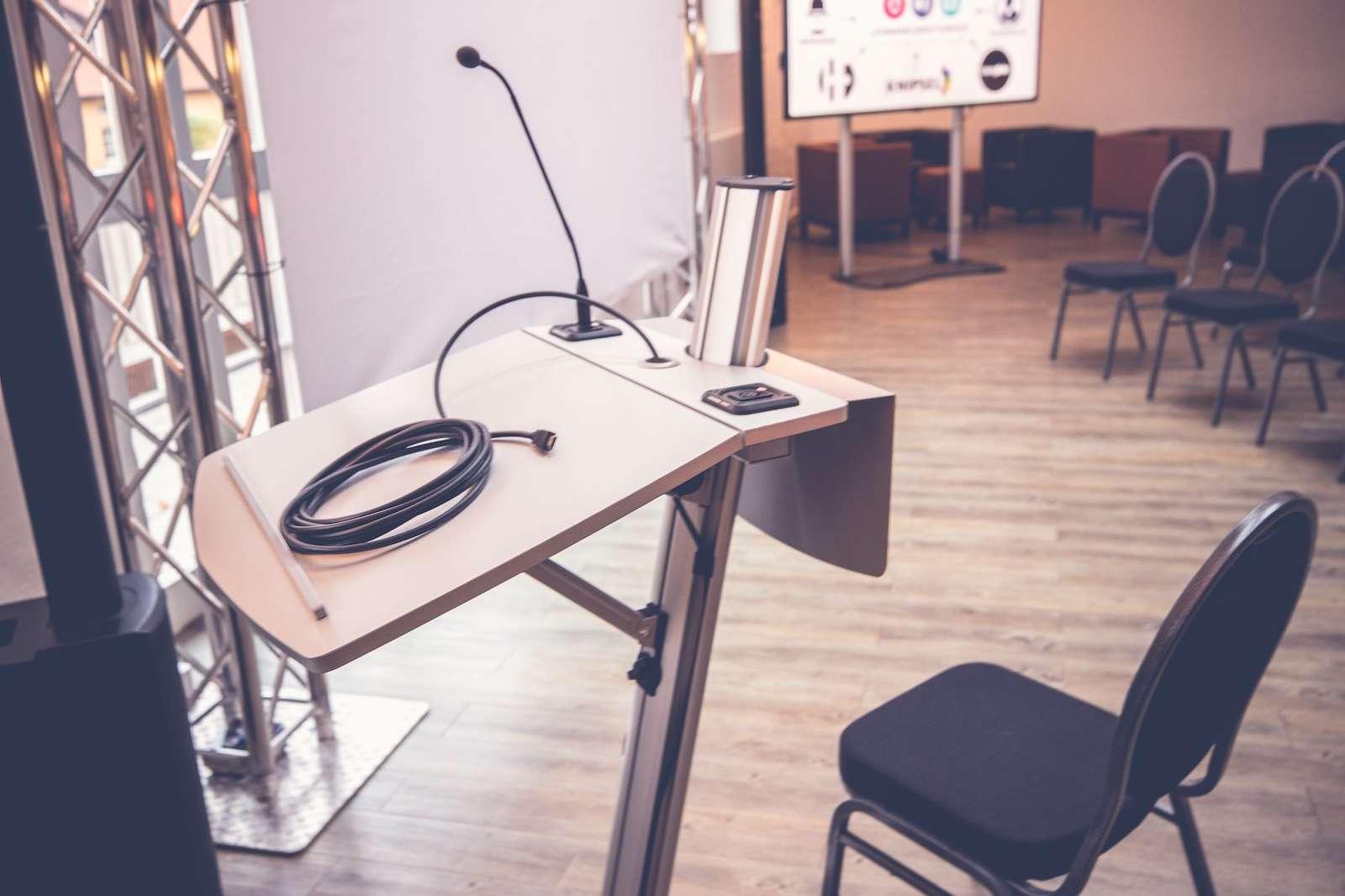 Tagungstechnik | Hannover | Mikrofone | Beamer | LCD | Leinwände | Rednerpult | Bühne | Lichttechnik | Tontechnik | Beschallung | Traversen | Mieten | Buchen | Lehmann | Eventservice