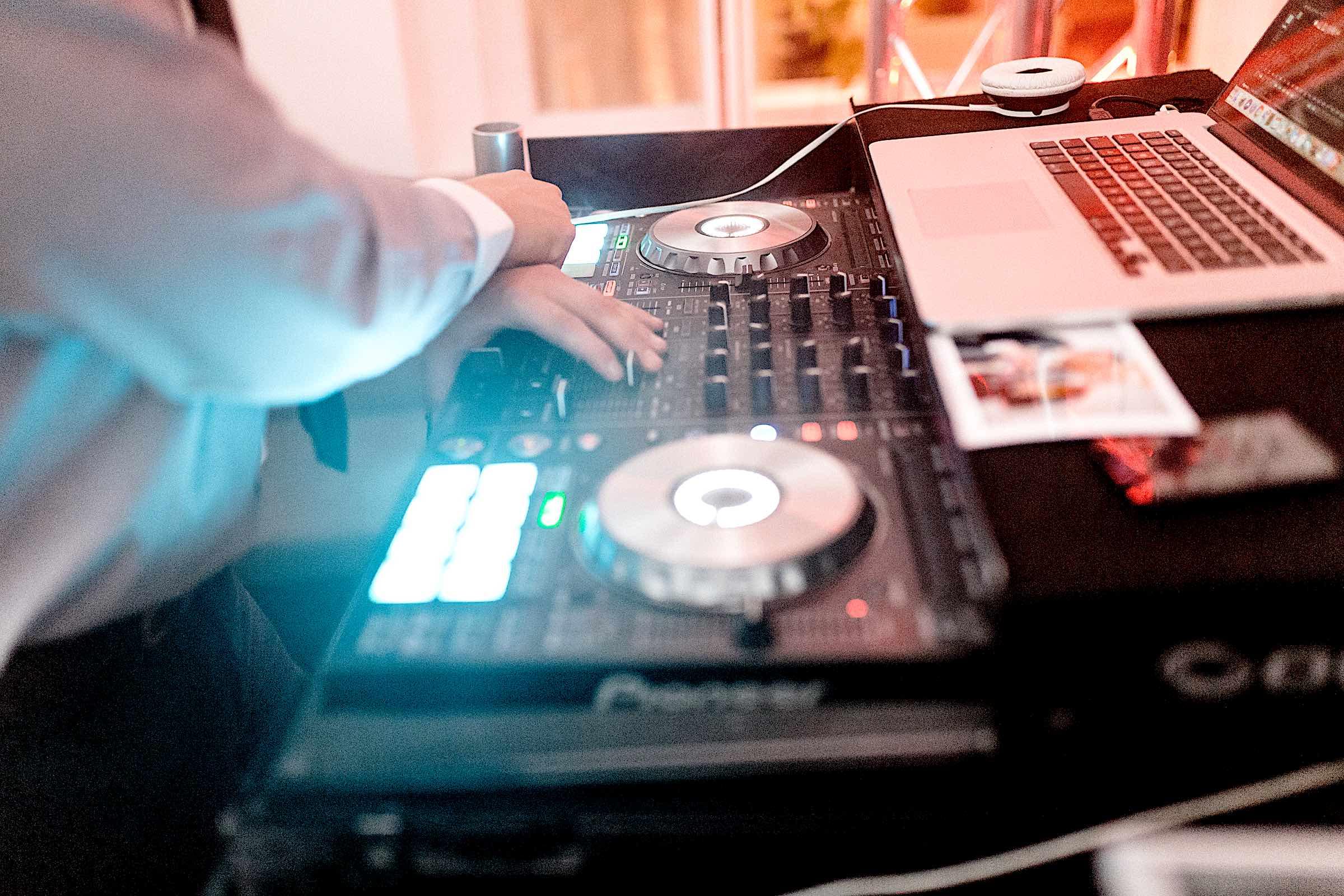 DJ | Agentur | Service | Buchen | DJ | Firmenfeier | DJ | Hochzeit | DJ | Geburtstag | DJ | Technik | Setup | DJ | Buchen | Discjockey | Mieten | DJ | Buchen | Mieten | Eventservice