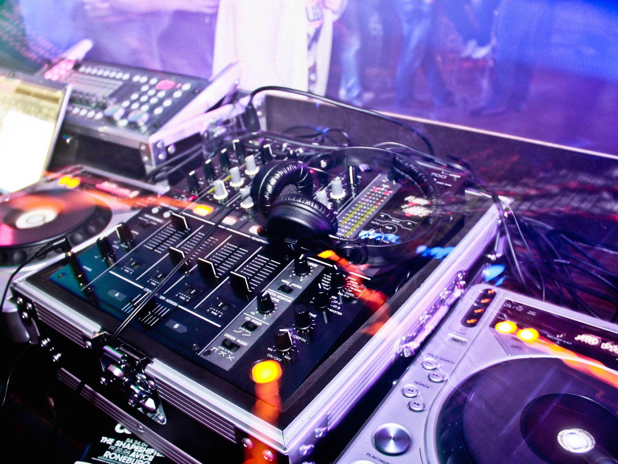 DJ | Hochzeit | Hannover | Club | DJ | Geburtstag | DJ | Service | DJ | Agentur | DJ | Firmenfeier | DJ | Sommerfest | DJ | Weihnachtsfeier | Mieten | BuchenLehmann | Eventservice
