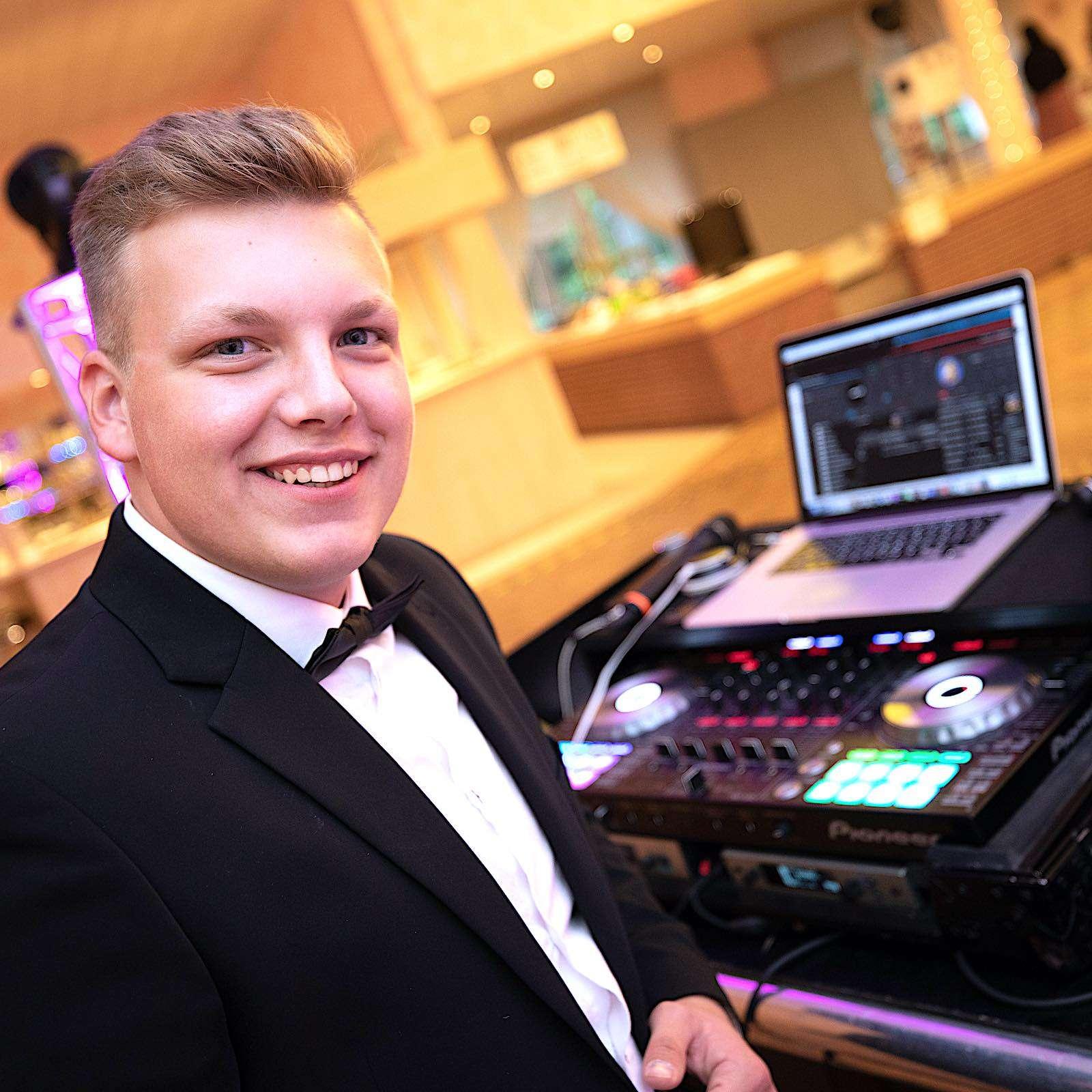DJ | Hochzeit | Hannover | DJ | Hochzeit | Pascal | Seeger | DJ | Messe | DJ | Firmenfeier | DJ | Firmenevent | DJ | Geburtstag | DJ | Service | DJ | Agentur | DJ | Peine | Buchen | Anfragen | Lehmann | Eventservice
