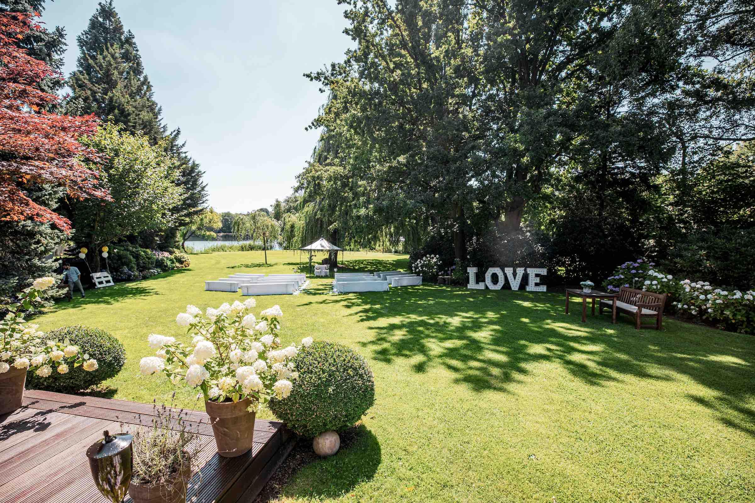 Landhaus | am | See | Hannover | Restaurant | Garten | LOVE | Buchstaben | Leuchtbuchstaben | Mieten | Referenz | Fotograf | DJ | Hannover | Lehmann | Eventservice