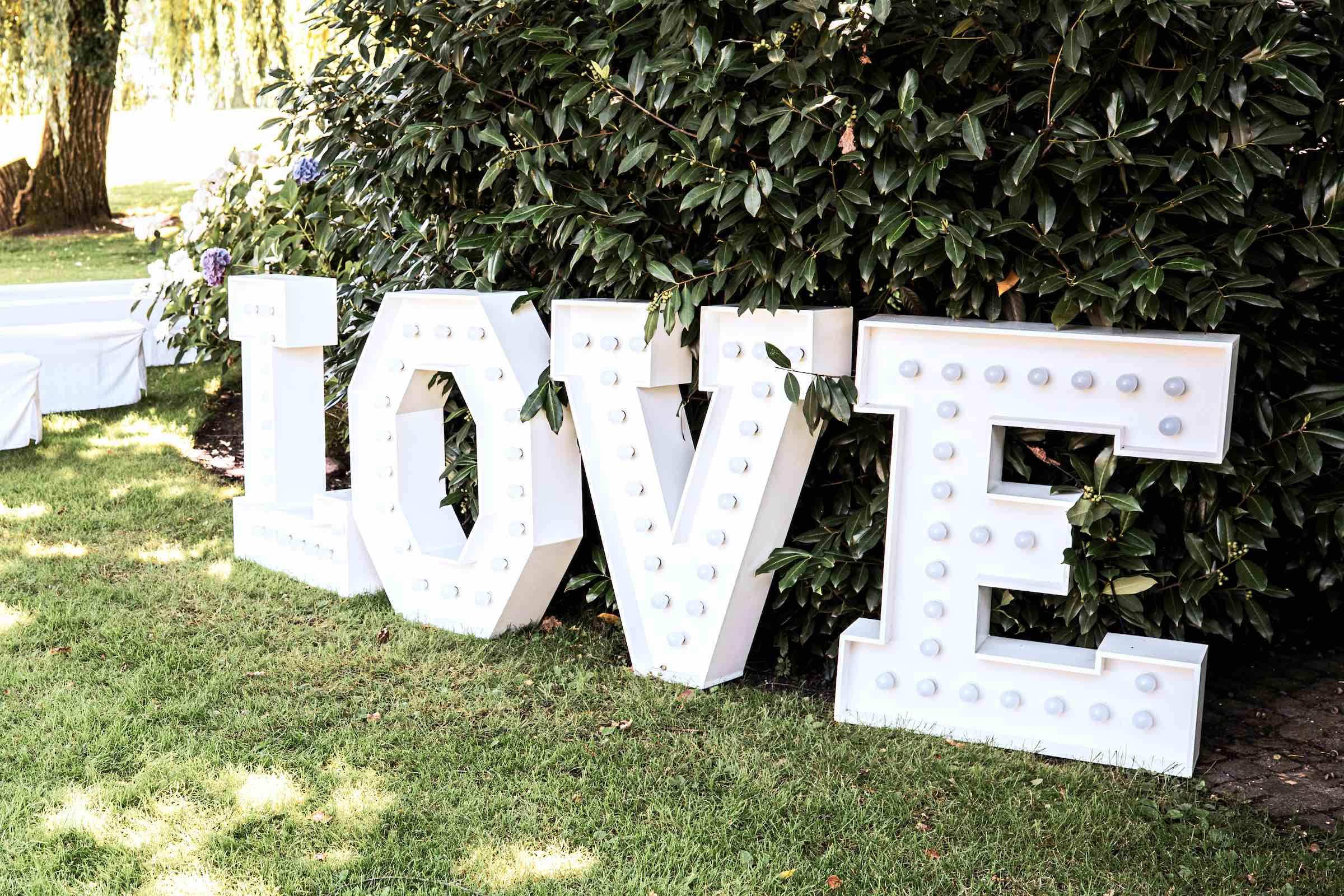 Landhaus | am | See | Hannover | Restaurant | Restaurant | Leuchtbuchstaben | LOVE | XXL | LED | Dekoration | Hochzeit | Mieten | Buchen | Hannover | Lehmann | Eventservice