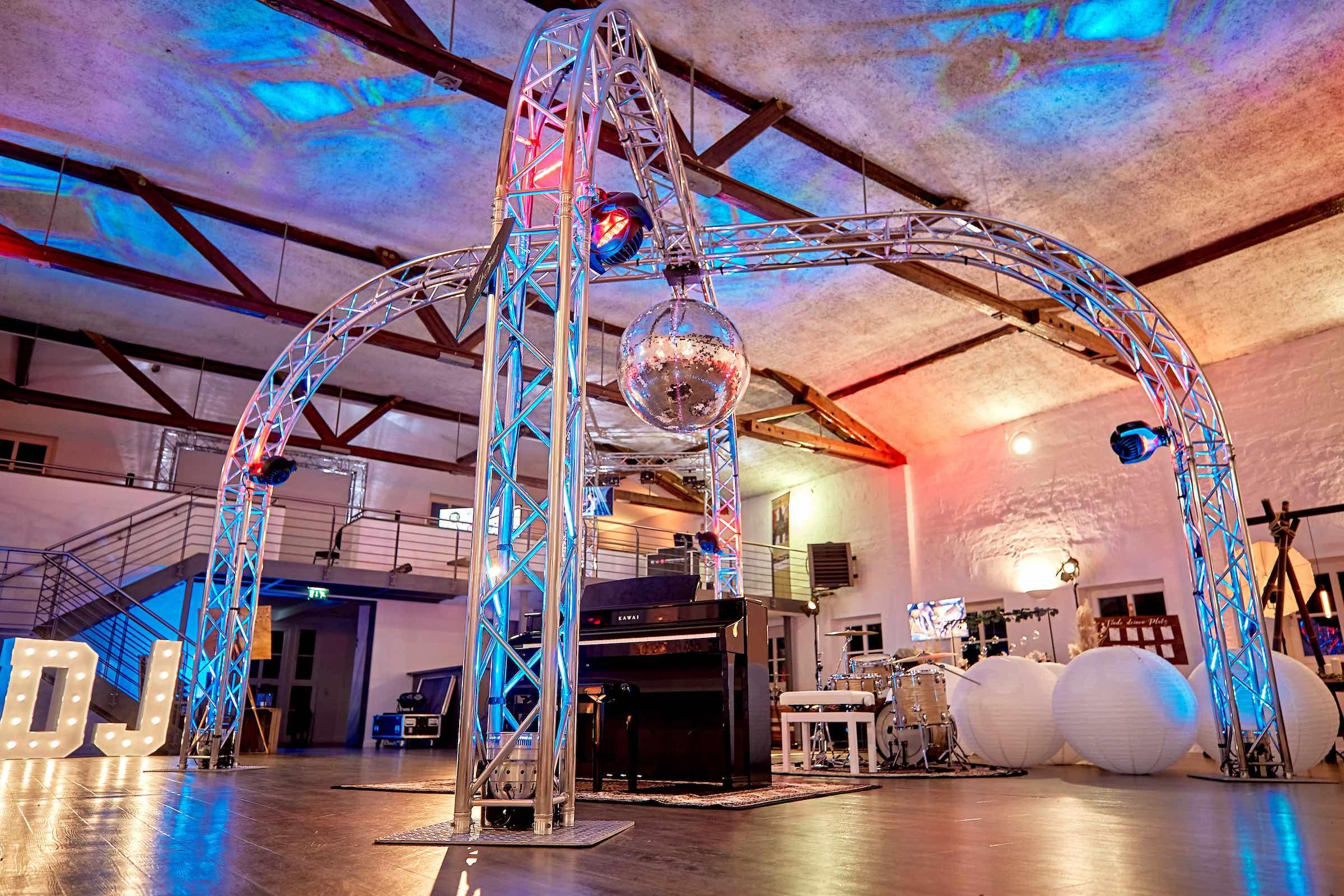 Lichttechnik | Veranstaltungstechnik | Beleuchtung | Tanzfläche | Lichtshow | Traversen | Traversentechnik | Beleuchtung | LED | Event | Messe | Firmenfeier | Buchen | Mieten | Hannover