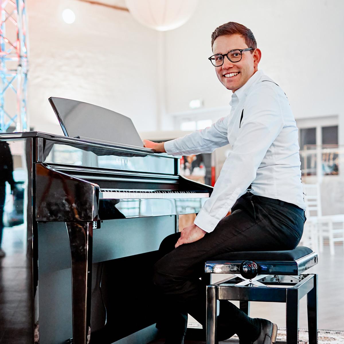 Pianist |Klavierspieler |Klaviermusik |Piano |Hannover |Buchen |Hochzeit |Firmenfeier |Empfang |Sektempfang |Trauung |Kirche |Standesamt |Anfragen |Mieten | |Lehmann |Eventservice